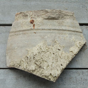 Fragment Schoonhovense pijpenpot, bovenrand, ca 1780-1800. Duidelijk zichtbaar is de aangesmeerde klei aan de buitenzijde