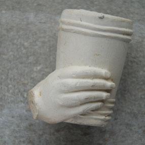 Hand die beker omklemt. Onbekende fabrikant, laatste decennia 1800, begin 1900