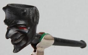 In zwart uitgevoerd 'Duiveltje', op de steel met stempel 'My Friend', en 'ES Dutch Clay'. Goedewaagen ca 1900-1940, catalogus nr 646