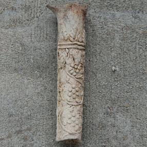 Een versierde steel van waarschijnlijk een gladde kop (zie 'steelversieringen')