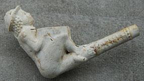 Een mannetje (Bacchus op het Vat?) met IB
