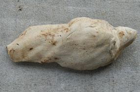 Fragment van een vrij groot pijpaarde beeldje, waarschijnlijk heiligenfiguur. Gouda ca 1690-1720