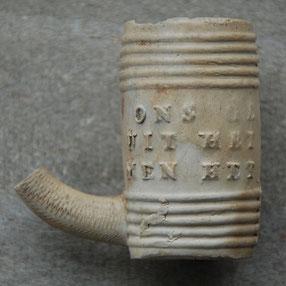 (ons ge) NOEGEN (uit het) VAT WORDT (men het) NOOIT ZAT, vermoedelijk 19e eeuws Gouds product, verder geen merken of verwijzing