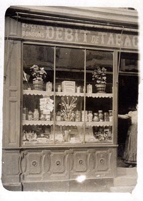 Etalage van een winkel waarin een prachtige standaard met kleipijpen, Frankrijk ca 1910-1930