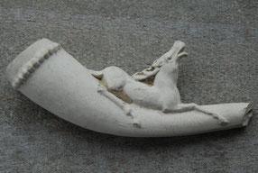Sigaren/igarettenpijpje met liggend hert. Gouda ca 1850-1900