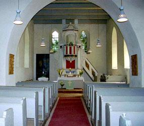 Chor und Schiff der Kehrberger Kirche mit barockem Hochaltar