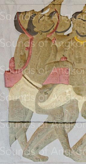 Tambour en sablier avec son arceau terminé par une paire de nāga. Angkor Vat, défilé historique.