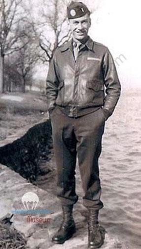 Le Lieutenant Harry RIDDLE, commandant le second peloton de la Compagnie F . 517em regiment
