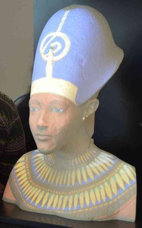 Projection holographique sur le buste en résine d'Akhenaton