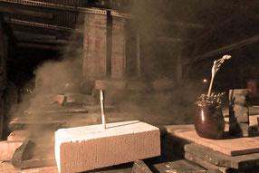 深夜 窯から出てくる黒煙