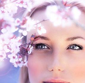 Nahaufnahme vom Gesicht einer schönen Frau mit makelloser Haut.