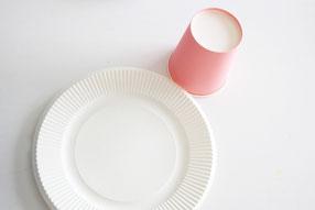 紙皿と紙コップを使って作ります