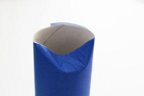 青の折り紙を貼り付け先を凹ませる