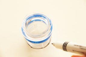 紙皿にボトルの先端を置いてペンで円くなぞろう