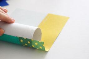 2色の折り紙を芯に貼り合わせる