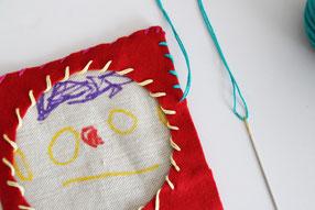 4枚をボンドや両面テープで重ねつけし、周りを糸で縫います。