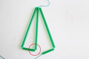 さらに長いストロー1本、短1本を通しさきほどの三角形に結びつけます
