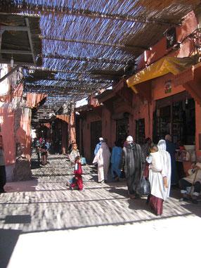 Bazar in der UNESCO Altstadt von Marrakesch. etvoila-fr.de