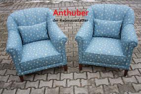 Bild: Zwei Sessel mit blauen Stoff neu bezogen