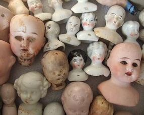 Beschadigde hoofdjes van kinderpoppen