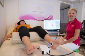 Vitalfeldbehandlung mit Elektroden an den Füßen