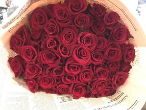 母の日のプレゼントは真っ赤なバラ
