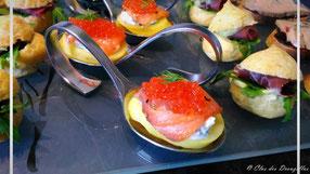 Galets de pomme de terre, saumon fumé aux 5 biaes, crème à l'aneth et caviar rouge