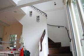 壁の上部にも装飾をあしらったアイアンオブジェを付けて階段手すり完成