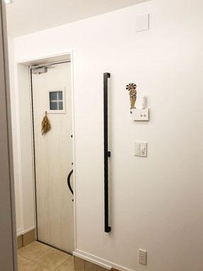 アイアン手摺の玄関手摺!黒色でどっしり重厚感があります。
