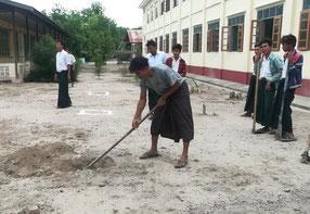 学校が再開されている高校から順に、植林活動を開始。写真は植林に向けて穴を掘る生徒(ミャンマー)