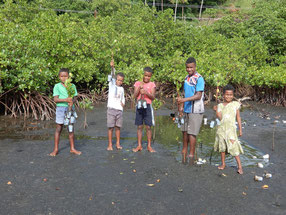 フィジーでは、6月末より段階的に学校も再開。しかし学校内での活動はまだ制限が多いため、現在は少人数でのコミュニティ植林を中心にCFP活動を行っている