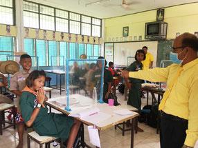 タイでは7月から学校が再開。水道用のパイプとビニールシートで、手作りした仕切りをつくるなど各校で感染防止に努めている(写真は、スリン県)