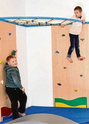 Hoch hinaus wollen Max (l.) und Leon an der Kletterwand in dem großzügig gestalteten Bewegungsraum.
