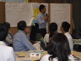 現場で学ぶ「地域の課題解決力向上」講座。R373やまさと2階の活用方法など、参加者・地域役員が一緒になって話し合いました。