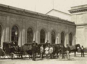 Pferdefuhrwerke vor der Fassade der Zwischenbaute West (SCB); Quelle: Staatsarchiv Basel-Stadt, AL 45, 2-59-4