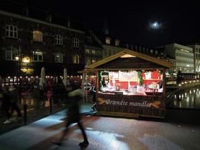 Brændte Mandler - gebrannte Mandeln. Einer der wenigen Weihnachtsstände in der Altstadt von Aarhus. Foto: C. Schumann, 2019