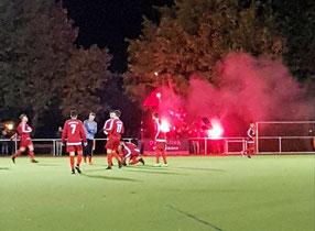 Kurz vor Anpfiff: Kontrolliertes, kleines Feuerwerk für unser Team. Foto: Mathias Reß