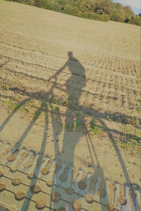 Schatten einer Person auf einem Rennrad