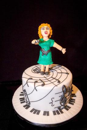Eine leidenschaftliche Sängerin auf ihrer Geburtstagstorte