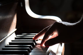 ジャズアドリブの内容が、有名ビバップフレーズなのは?