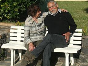 Helma und Klaus auf einer Bank auf der Finca