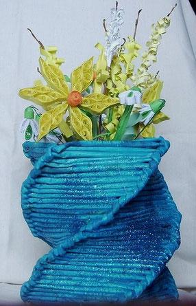 türkisfarbene Vase mit Frühlingsblumen