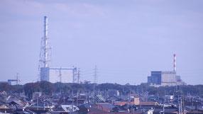(写真)東海村の住宅地に隣接する東海第二原発(左)と廃炉措置中の東海原発(右)