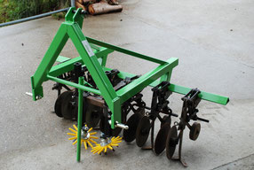 Hackgerät für den Anbau an ein Zweiachsmäher, zum Hacken von Kräutern in Reihenkultur.