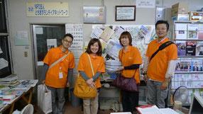 明るく元気な4人組 オレンジのシャツがまぶしい