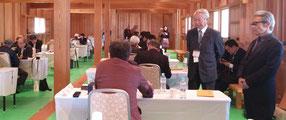 対局を見守る、石坂修一会長と神野正昭理事長
