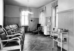 Charlotte Meentzen Schulungs- und Übungsraumraum.  Der Apparat rechts diente seit den 1930er Jahren zur Falten-Behandlung