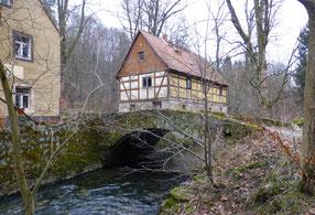 Grundmühle Liegau, die alte Röderbrücke. Dahinter das Bäckerhaus.