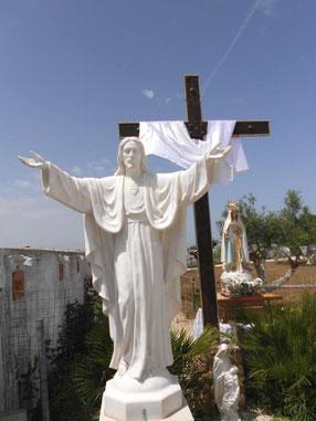 Jesusstatue mit Kreuz, im gesegneten Garten Mariens, Brindisi