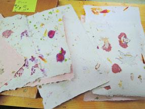 Büttenpapier mit Herbstblüten